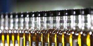 alignement-de-bouteilles-d-huile-d-olive